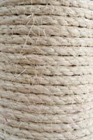 Sisal-Seile um die Stämme wickeln